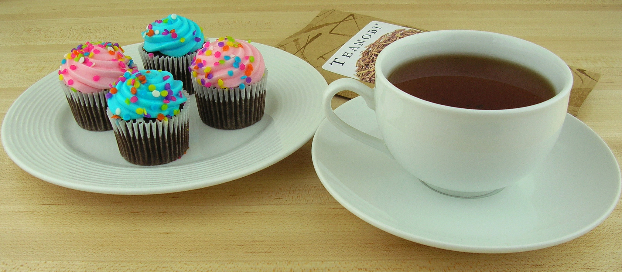 Spring Cupcakes and Hojicha Stalk Tea by Kirinohana